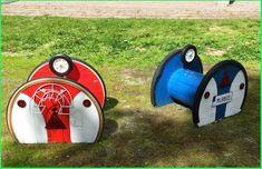 Lite bilder från vår utemiljö. Tänka sig vad mycket roligt man kan göra med några stubbar, kabeltrummor, spånskivor, färg och sten. Det är ...