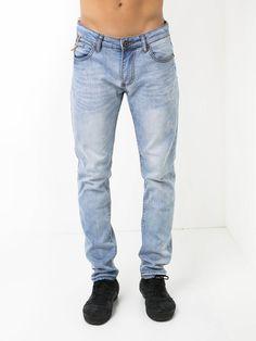 Jeans claras com rotos.