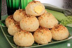 Que tal experimentar uma receitinha caseira deliciosa? Confira como preparar este pãozinho de alho recheado com queijo prato!
