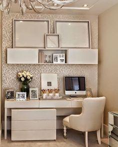 Uma decor clean com móveis claros e elementos metalizados é perfeita para deixar o home office cheio de elegância além de oferecer um toque contemporâneo. Comece pelos detalhes!  #home #design #inspiration #decor #decoration #homedecor #casa #decoracao #inspiracao #homedecoration #casanova #instahome #instadesign #homedesign #homestyle #details #detalhes #lardocelar #homesweethome #cantinho #meuape #golden #frio #moblybr #homeoffice
