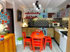 Ethnic style kitchen with vintage tisles and colorful furniture | Cuisine au style ethnic avec un carrelage vintage et des meubles colorés