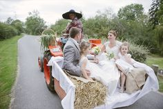 Et pourquoi pas un tracteur pour un mariage champêtre et décalé?