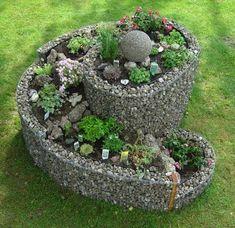 Zozbierali sme pre vás niekoľko nápadov, ktoré vám môžu pomôcť pri plánovaní bylinkových záhrad v tvare špirály. Takéto záhrady sú ideálne do malých priestorov, pretože nezaberú veľa miesta.