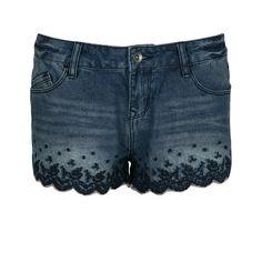 Soyez totalement sexy avec ce mini- short en jean brodé, légèrement délavé, 5 poches, fermeture boutonnée zippée. On complète son look mode avec un débardeur loose et des spartiates.