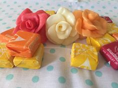 DIY Starburst candy flowers are not only fun to eat but also fun to make. Here is a step by step DIY article to show you how you can have even more fun with candy. Food Bouquet, Candy Bouquet, Candy Crafts, Food Crafts, Candy Flowers, Candy Leis, Starburst Candy, Diy Snacks, Chocolate Bouquet