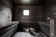 Tähän suureen U-malliseen, tummaan ja tunnelmalliseen saunaan mahtuu kerralla vähän isompikin porukka saunomaan ja rentoumaan. Portable Sauna, Saunas, Small Rooms, Beach House, Bathtub, Stairs, Cottage, Mirror, Bathroom