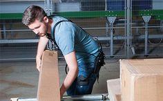 Die mechanische Hebehilfe soll während der Kommissionierung bei Hebe- und Tragetätigkeiten den unteren Rücken entlasten.