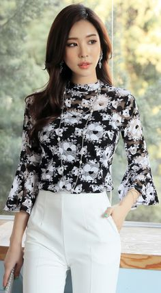 StyleOnme Floral Print Bell Sleeve Blouse with white pants.