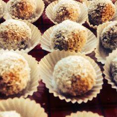 Rezept für superleichte Kokos-Dattel-Energiebällchen schafft jeder :) Ohne backen, ohne Zucker mit nur 4 Zutaten