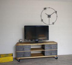 Meuble tv industriel conçu avec des tiroirs métalliques restaurés et plateau bois. 2 niches permettent de déposer les appareils, teinte du bois à la demande