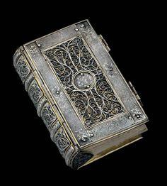 Storia della Magia (3 volumi) Testo in cui è raccolta la conoscenza della pratica arcana prima dell'istituzione della metodologia di Avelin (vol. 1), durante il periodo di Avelin (vol. 2) e dopo l'ascesa al soglio divino di Avelin (vol. 3)