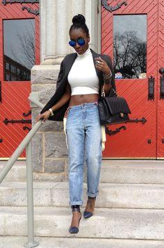 Crop top blanc + jeans boyfriend + sandales mini talons à lanière cheville