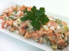 Cortar el salmón crudo en daditos y marinarlo con zumo de lima y salsa de soja.  Añadir cebolleta y un pepinillo agridulce cortado muy menudo.  Tartar de Salmón     Mezclar con la salsa de queso freco 0%, mostaza dulce ,perejil y cebollino picado
