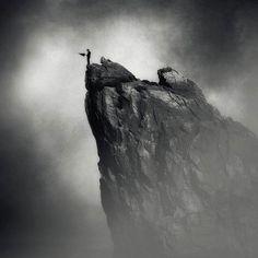 Les photographies surréalistes et poétiques de Kasia Derwinska, qui mélange photographies et retouches numériques pour nous entraîner dans un univers sombr
