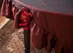 """...Dlatego stół wymaga szacunku i pięknego """"stroju"""". Moje obrusy stoły ubierają w kolory, wzory, faktury dopasowane do wnętrza, gustu i wymagań. Pojedyncze lub w komplecie z firankami, zasłonami, narzutami i poduszkami stwarzają, niepowtarzalny nastrój."""