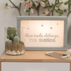 Cajas de luz con frases. Decoración de interiores con cajas de luz. #tendencias #cajasdeluz #frasespositivas Diy Home Decor Projects, Craft Projects, Decor Ideas, Wood Crafts, Diy And Crafts, Cuadros Diy, Diy Wall Decor, Shadow Box, Craft Gifts