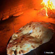 Sicak sicak köy ekmegi yeni cikti :) Yaninda tereyağ çökelik ve bal da varsa daha ne olsun :)