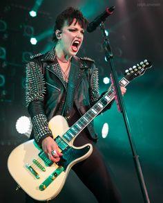 Lzzy Hale ✾ of Halestorm Heavy Metal Music, Heavy Metal Bands, Black Stone Cherry, Lzzy Hale, Women Of Rock, Guitar Girl, Halestorm, Female Guitarist, Eric Church
