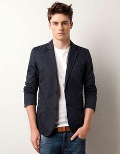 Comprar ropa de este look: https://lookastic.es/moda-hombre/looks/blazer-azul-marino-camiseta-con-cuello-barco-blanca-vaqueros-azules-correa-marron/4240 — Camiseta con Cuello Barco Blanca — Vaqueros Azules — Correa de Cuero Marrón — Blazer Azul Marino