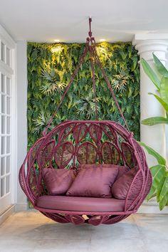 Decoração de casa contemporânea com toques clássicos. Poltrona-balanço, cadeira de balanço, rosa, jardim vertical. #decoracao #decor #details #casadevalentina