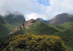 Parque Nacional da Serra dos Órgãos - No centro está o Pico do Alicate.  Atrás dele, o Morro do Marco e à esquerda o Morro da Luva.
