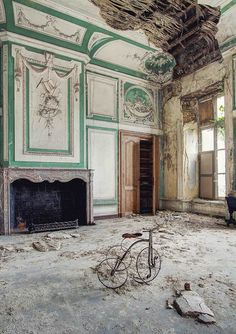Abandoned buildings/rooms/other things in varying states of decay. Abandoned Buildings, Old Abandoned Houses, Abandoned Castles, Old Buildings, Abandoned Places, Old Houses, Abandoned Belgium, Beautiful Ruins, Beautiful Buildings