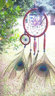 Portal de boas vibrações- #FiltroDosSonhos com trama em degradê e penas de pavão (colhidas sem sofrimento animal ❤). #dreamcatcher #peacock #azul #blue #verde #green #roxo #purple #goodvibes