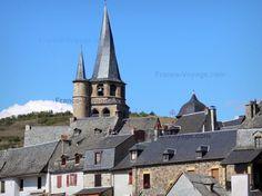 Saint-Côme-d'Olt (Aveyron) France : clocher tors (clocher flammé) de l'église.