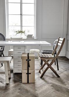 Maak van een deur of bureaublad in een handomdraai een eettafel. Met een tafelkleed erover zie je er niks van. | #STUDIObyIKEA #IKEA #IKEAnl #DIY #styling #dining #setting