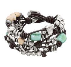 Pulsera ancha compuesta por varias hileras de cuero marrón y abalorios entrelazados con cristal turquesa y resinas.