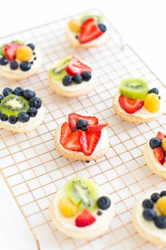 Sugar Cookie Fruit Pizzas make a fun snack—and get kids to eat some fresh fruit! | Sugar and Cloth
