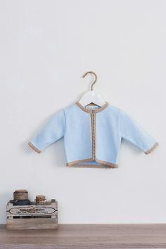 a68dca5e9 Chaqueta de punto celeste para bebé de Dolce Petit. Adrielsmoda · OUTLET MODA  INFANTIL