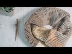 Tunisian crochet has an unmistakable beauty. Through its closed, thick and firm weave it is possible to create a true work of art. Crochet Mat, Crochet Socks, Crochet Pillow, Crochet Blouse, Crafts To Make, Diy Crafts, Tunisian Crochet Stitches, Sofa Blanket, Rug Making