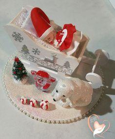 Bébé Noël fille dans son traineau - au cœur des arts  Plateau et traineau en bois peints à la main Plateau de : 17 centimètres de diamètres Hauteur : 10 centimètres Po - 19601414