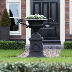 Vases, Cosy House, Pots, Urn Planters, Garden Urns, Antique Christmas, Garden Spaces, Garden Inspiration, Garden Ideas