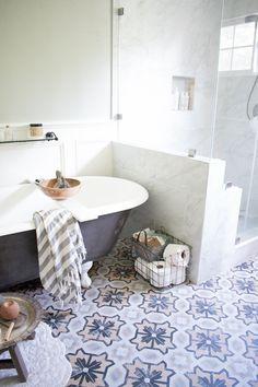 Home Office Wall Decor Ideas Contemporary Bathrooms, Modern Bathroom, Master Suite Bathroom, Grab Bars In Bathroom, Tropical Home Decor, Gravity Home, Bedroom Floor Plans, Thrifty Decor, Home Decor Pictures