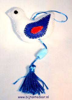 vogeltje, leuk bv voor aan je tas. Pakketjes met alle materialen en beschrijving zijn te verkrijgen via www.bijtantedoor.nl Tassel Necklace, Dream Catcher, Jewelry, Jewellery Making, Dream Catchers, Jewels, Jewlery, Jewerly, Jewelery