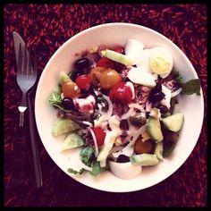Meng een handvol afgekoelde gekookte lekkere aardappels (mag ook zonder maar dan minder geschikt als maaltijdsalade) met reepjes roma-sla, gekookte boontjes, gehalveerde kerstomaten, stukken gekookt ei, wat goede tonijn uit blik, gekookte grofgesneden komkommer, in ringen gesneden ui en wat olijven in een bord. Flink wat peper en een beetje zout. Wat olijfolie en niet te zure azijn erbij of een dot van de allerlekkerste mayonaise die er is. Inderdaad...