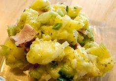 Ein leichter Kartoffelsalat mit frischer Gurke und herzhaftem Schinken. Macht satt und schmeckt klasse.