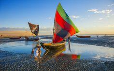 En Jericoacoara, paraíso brasileño para mochileros desde hace tres décadas, las tradicionales barcas de pesca sirven más para hacer fotos bonitas al atardecer que para salir a faenar.