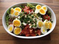 Linzensalade met tomaat, ei, bosui, avocado en Hüttenkäse | Miss Natural Lifestyle