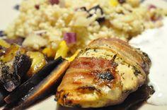 Sennepsmarineret kyllingebryst i baconsvøb med timian og bulgursalat