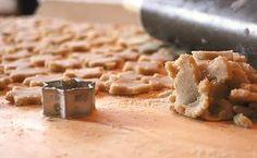 Leckere Low Carb Plätzchen für die Weihnachtszeit. Butterplätzchen mit Zitronenguß. Für den Zitronenguß verwenden wir Puderxucker auf Basis von Erythrit.