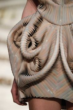 Conceptual High-Tech Haute Couture Collection by Iris van Herpen Inspired by Sound Waves 3d Fashion, Fashion Details, Look Fashion, Trendy Fashion, Runway Fashion, Ideias Fashion, Fashion Design, Origami Fashion, Iris Van Herpen