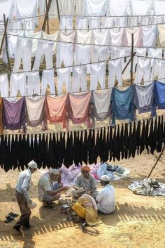 Colours of India: lunch while the laundry is drying Laundry Lines, Laundry Art, Doing Laundry, Smelly Laundry, Amazing India, India People, Jolie Photo, People Of The World, World Cultures