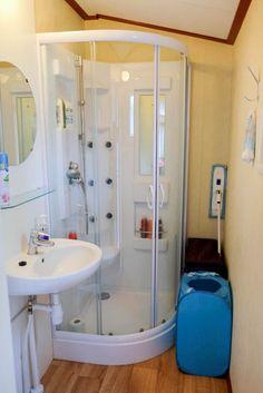 De badkamer van huisje 226, met eigen toilet en luxe douchecabine. Bathtub, Bathroom, Modern, Chalets, Lush, Standing Bath, Washroom, Bathtubs, Trendy Tree