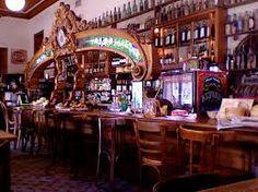 El Federal. Comenzó sus días como pulpería en 1864. Es el bar y restaurante más antiguo en funcionamiento .Los interiores se mantienen originales de comienzos del siglo XX, y el café es elegido tanto por los porteños como por una gran cantidad de turistas que visitan el casco histórico de Buenos Aires. Carlos Calvo 595, San Telmo. Buenos Aires