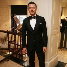 How to get BAFTA worthy black tie with Jeremy Hackett & Luke Evans - virilstyle Men Formal, Formal Wear, Luke Evans Bard, Jeremy Hackett, Men's Tuxedo Styles, Elegant Man, Dapper Gentleman, Tuxedo For Men, Sharp Dressed Man