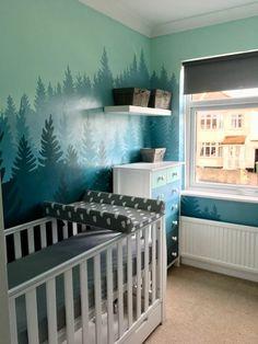 deco chambre bebe garcon aux murs avec des images peintes motifs arbres dans une grande forêt