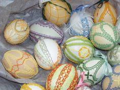 Allerhande eieren met een handgeklost kantje. Kloswerk: Wemmie Eggens.